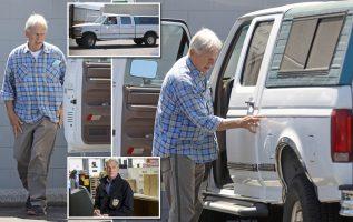 ÖZEL: Erken doğum günü hediyesi mi? NCIS yıldızı Mark Harmon, 70 yaşına gelmeden sadece birkaç hafta önce Los Angeles'ta eski bir tekerlek seti aldı (Fotoğraf).